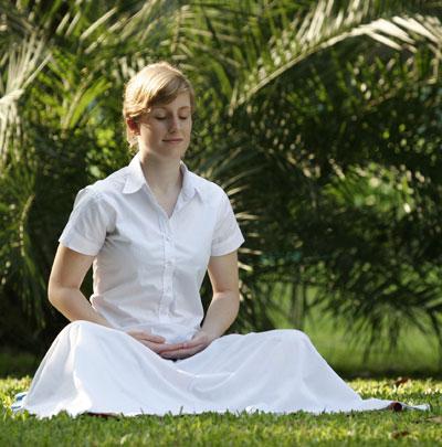 Méditation transcendantaleTranscendantale: une femme entrain de méditer